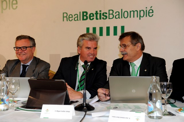 José Antonio Bosch, Miguel Guillén y Manuel Domínguez Platas, en una junta de accionistas / Kiko Hurtado