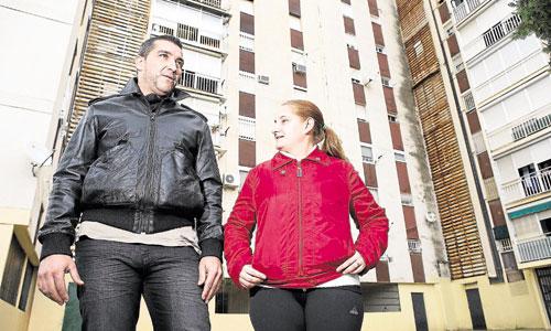 José González y Laura Doval, dos de los vecinos que han ayudado en esta cadena en el Polígono Sur de Sevilla. / Foto: Pepo Herrera