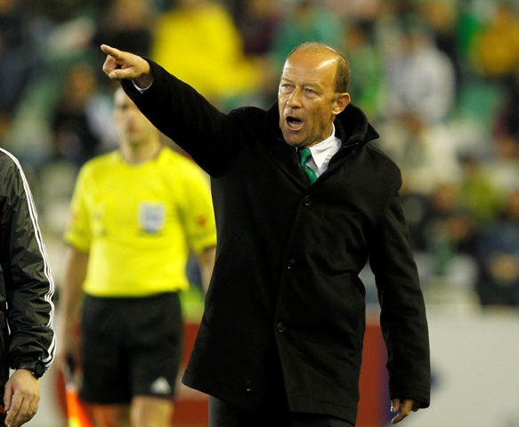 Gabriel Humberto Calderón grita órdenes durante el partido contra el Málaga / Ramón Navarro