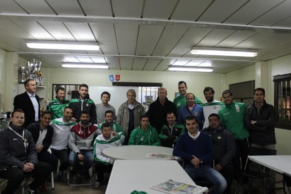 Calderón, con los técnicos (Foto: Real Betis)
