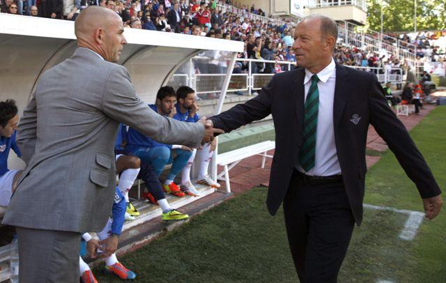 Gaby Calderón saluda al técnico del Rayo, Paco Jémez, antes del partido / Sergio Barrenechea