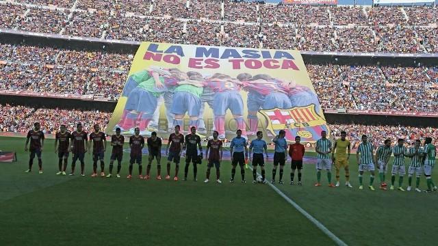 Espectacular imagen del Camp Nou mientras Barça y Betis forman antes del partido / FC Barcelona
