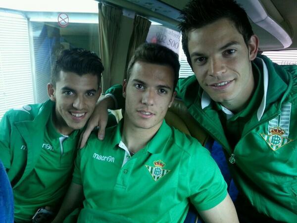 Dani Ceballos, Pedro y Jesús Muñoz, en el autobús al aeropuerto / Real Betis