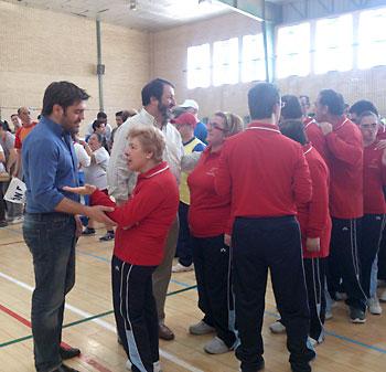 El alcalde de Carmona, Juan Ávila, charló con los usuarios del taller. / H.Peña