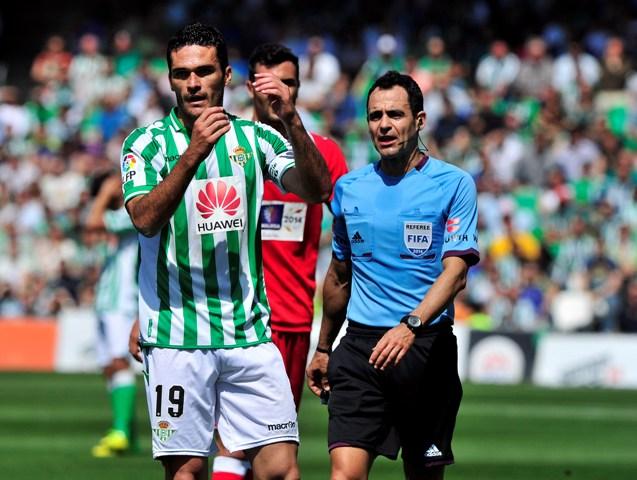 Jorge Molina protesta algo a Velasco Carballo / Kiko Hurtado