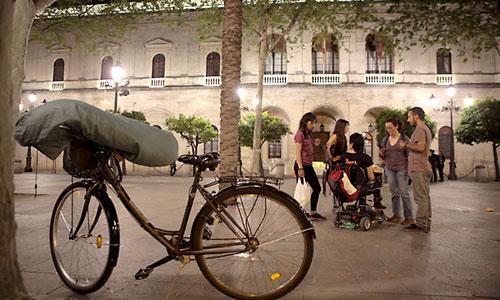 Una bicicleta sirve de soporte para los últimos enseres de las familias de la Corrala, que abandonaron ayer la Plaza Nueva al recibir las llaves de las viviendas. / Foto: Pepo Herrera