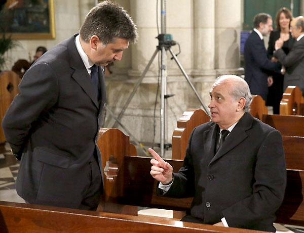 El ministro del Interior Jorge Fernández Díaz (d) conversa con el director general de la Policía, Ignacio Cosidó (i). / EFE