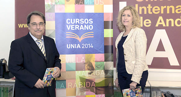 El rector de la UNIA, Eugenio Domínguez, y lavirrectora de Ordenación Académica, María Dolores Oliver. / José Luis Montero