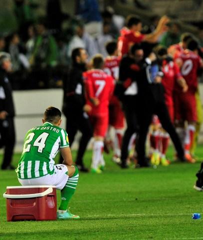 Rubén Castro, desolado, ve la celebración sevillista tras el reciente derbi europeo / Kiko Hurtado