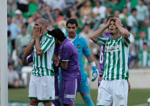 Rivas y Edu lamentan el descenso de 2009, ante el Valladolid en la última jornada / Javier Díaz