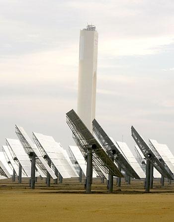 Instalaciones de la planta solar de Abengoa en el municipio sevillano de Sanlúcar la Mayor. / Juan Ferreras (EFE)