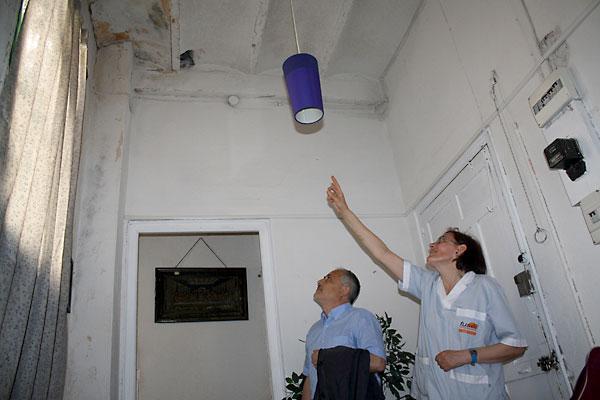 El portavoz municipal de IU, José Manuel García, en la casa en estado de ruina donde vive de alquiler Reyes Marvizón.