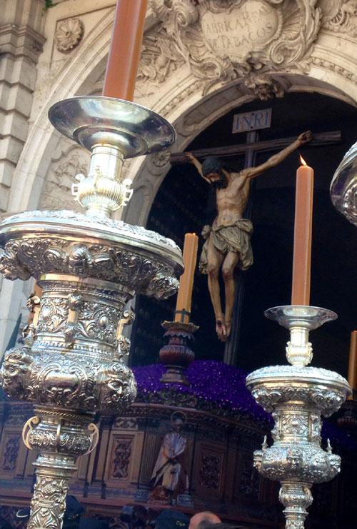 El Cristo de la Buena Muerte saliendo de la Universidad.