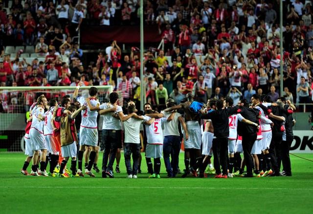 El Sevilla celebra su pase a las semifinales de la Liga Europa, hace dos semanas / Kiko Hurtado