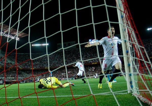 Kevin Gameiro celebra uno de los goles al Oporto (Ramón Navarro)