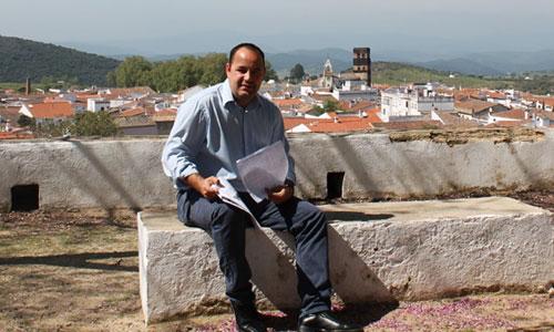 El alcalde de Guadalcanal, Jesús Manuel Martínez, cumple 7 años como máximo representante de los vecinos gracias a un acuerdo de Gobierno con los andalucistas. / Foto: J.C.R.