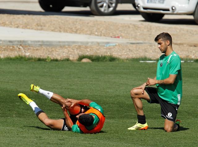 Juanfran se duele de la rodilla tras el choque con Vadillo / Ramón Navarro