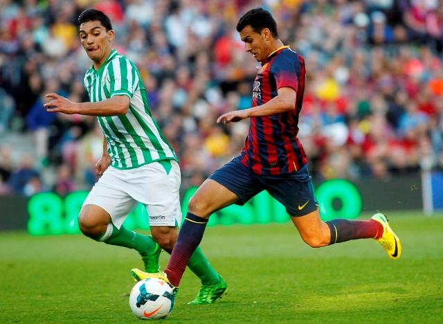Lolo Reyes corre junto a Pedro en un lance del partido / Francesc Adelantado (EFE)