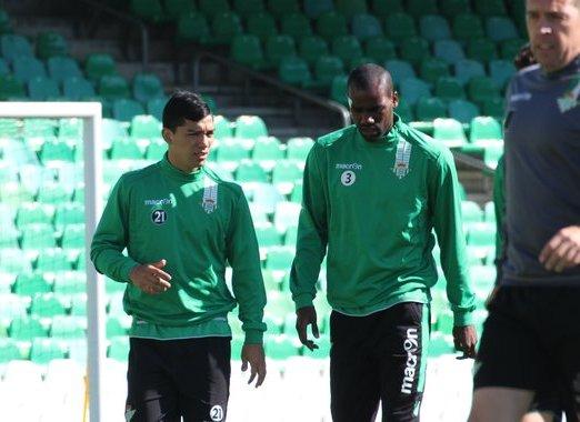 Lolo Reyes conversa con Paulao durante la sesión de este viernes / Real Betis