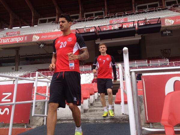 Marin, detrás de Vitolo, sale a entrenarse este sábado en el Sánchez-Pizjuán / Sevilla FC