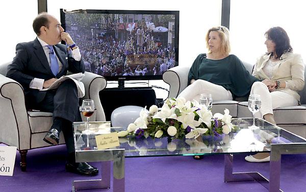 Víctor García Rayo conversa en el plató de ElCorreo con Eva Casanueva, acompañada de Ana delCastillo. / Jose Luis Montero