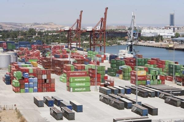 Instalaciones del Puerto de Sevilla con multitud de contenedores junto a los muelles de carga y descarga. / J. M. PAISANO