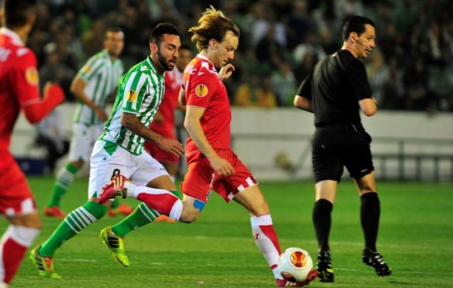 Nono persigue a Rakitic en el reciente Betis-Sevilla de la Liga Europa / Kiko Hurtado