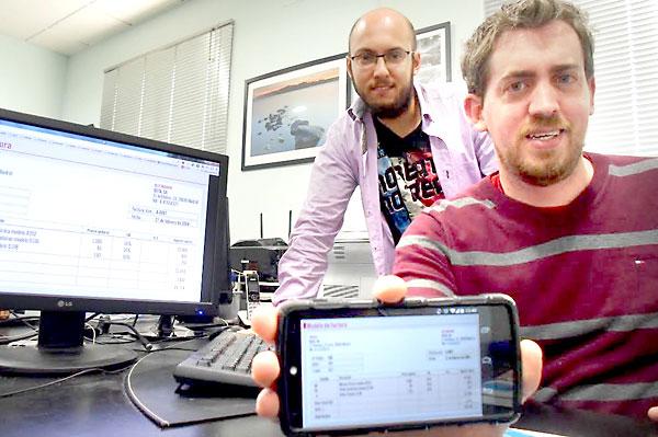 En primer plano, Diego Delgado, creador de la aplicación, acompañado de uno de sus empleados Manuel Cabello. / Álvaro Romero