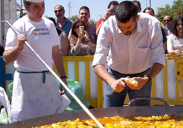 El chef Enrique Sánchez echó a la caldereta «la primera patata» de la temporada.
