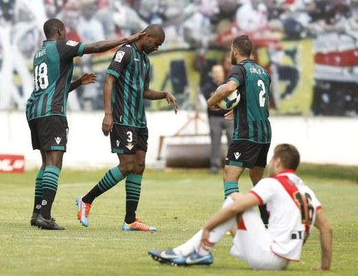 N'Diaye y Chica tratan de animar a Paulao mientras se retira del campo / Pablo García
