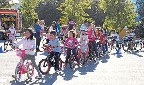 Los más pequeños disfrutaron de esta iniciativa saludable que llenó de bicicletas las calles de Morón. / María Montiel