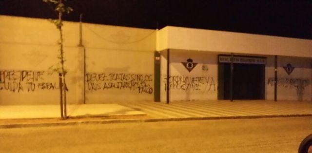 Estas son las pintadas escritas esta madrugada en la ciudad deportiva / Foto: www.realbetisbalompie.org