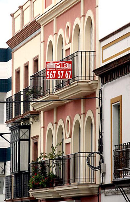 Una vivienda de Sevilla, con el cartel de Se vende en su fachada. / Foto: Gregorio Barrera