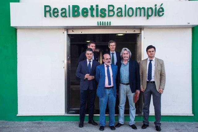 Los seis representantes de las tres plataformas, en la puerta del Villamarín antes de la reunión / Carlos Hernández