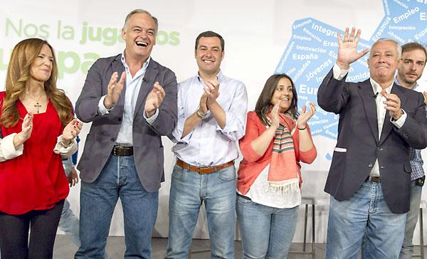El presidente del PP andaluz, Juan Manuel Moreno (3i), junto a la eurodiputada Teresa Joménez Becerril (i), al número dos del PP en las elecciones europeas, Esteban González Pons (2i), y al vicesecretario de Política Autonómica y Local del PP, Javier Arenas (2d), entre otros asistentes, durante la clausura del acto de presentación del programa electoral europeo de Nuevas Generaciones que ha tenido lugar hoy en Sevilla. EFE/Julio Muñoz