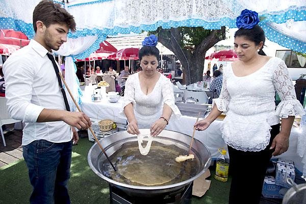 No faltaron los clásicos buñuelos para meterse en ambiente de Feria. / Pepo Herrera