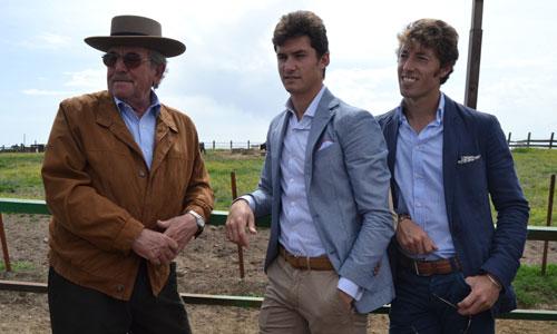 El ganadero Antonio Miura y los dos diestros, Daniel Luque y Manuel Escribano, que protagonizarán la corrida de hoy. / Foto: El Correo
