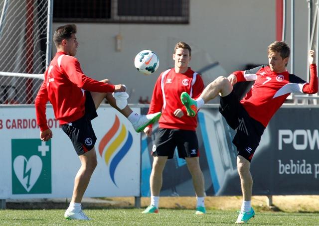 Gameiro (centro) viene de marcar dos goles en el derbi. Marin (derecha) retorna a la lista / Ramón Navarro