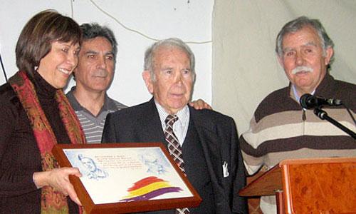 José Sánchez Badillo, Pepín 'El Sombrerero' para sus vecinos y seres queridos, recibió en 2010 un emotivo reconocimiento a su lucha en Castilblanco de los Arroyos. / Foto: J. C. R.