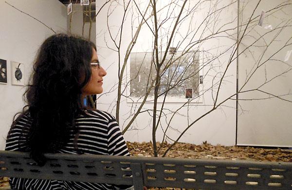 La artista Rinat Izhak, ayer, en la sala de la Fundación Valentín de Madariaga donde se inaugura hoy su instalación dedicada al Parque de María Luisa. / C.R.