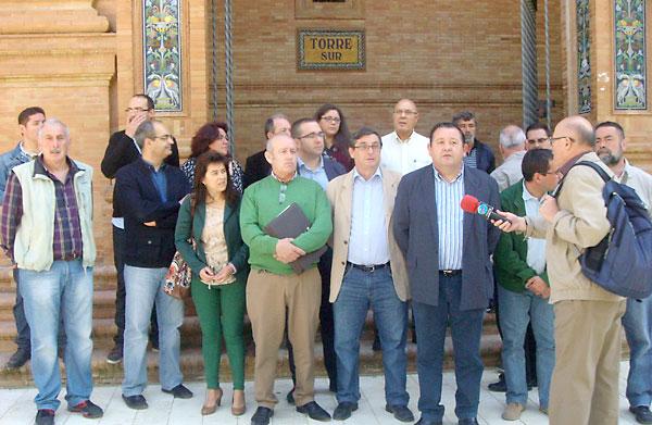 Rueda de prensa ofrecida en la Plaza de España sobre la invitación que han hecho alcaldes de la provincia de Sevilla a la ministra Fátima Báñez.