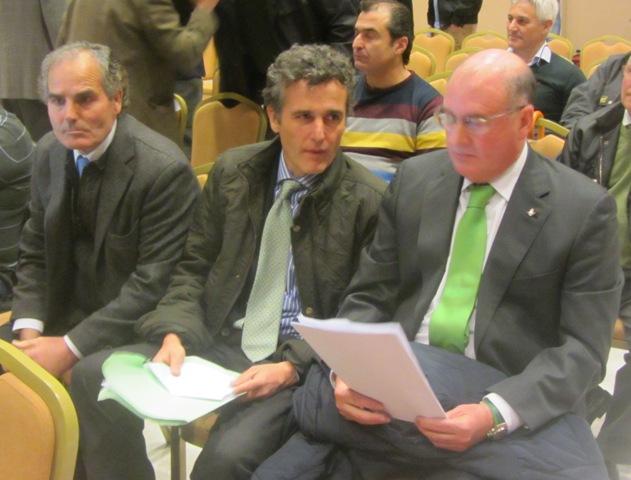 Rufino González y Manuel Castaño flanquean a Jaime Rodríguez Sacristán en la última junta de accionistas del Betis.