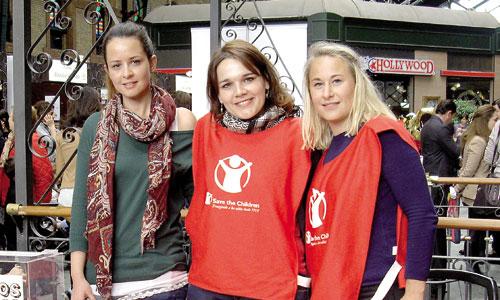 Eva González, Carolina Sánchez y Louise Skarvall, tras el stand de Save the Children en la Feria de Educación y Ocio familiar en Sevilla. / Foto: M. j. G.