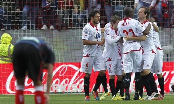 Los jugadores del Sevilla celebran uno de sus cuatro goles (J.M. Vidal)