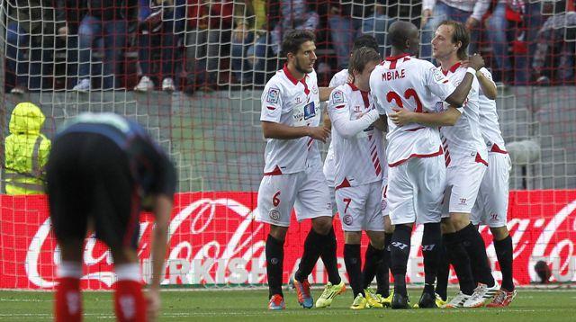 Los jugadores del Sevilla celebran uno de los cuatro goles ante el Granada / J.M. Vidal (EFE)