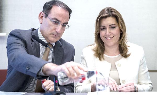 La presidenta de la Junta de Andalucía, Susana Díaz (i), junto al presidente de la Confederación de Empresarios de Andalucía (CEA), Javier González de Lara, este lunes en Málaga. / EFE