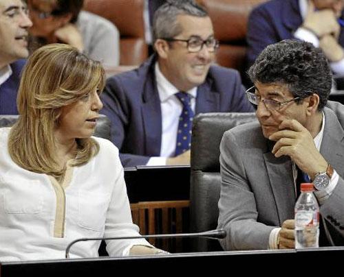 La presidenta de la Junta, Susana Díaz, y el vicepresidente, Diego Valderas (IU)conversan ayer en el Parlamento. / Foto: Raúl Caro. (Efe)