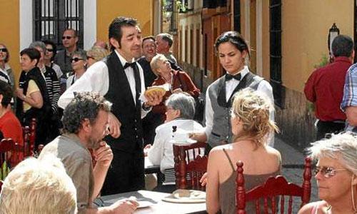 Un grupo de turistas toma un aperitivo en una terraza del barrio de Santa Cruz. / Foto: Antonio Acedo