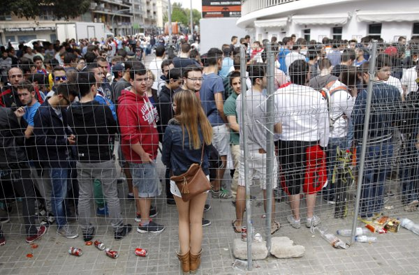 Colas en Mestalla para sacar una entrada (Efe)