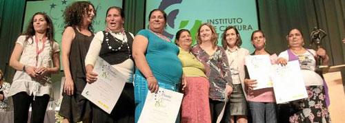 Las Gitanas del Vacie, después de recoger el premio A la Concordia de manos de la exministra Ángeles González -Sinde. / Foto: El Correo